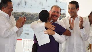 Danilo Medina entrega 481 Títulos Definitivos a Parceleros en San Juan, mediante el acto productor dice Indrhi no funciona en esta provincia.