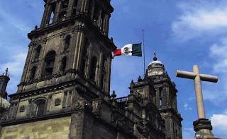 estatua de cristo que gira su cabeza durante una misa en una iglesia de mexico