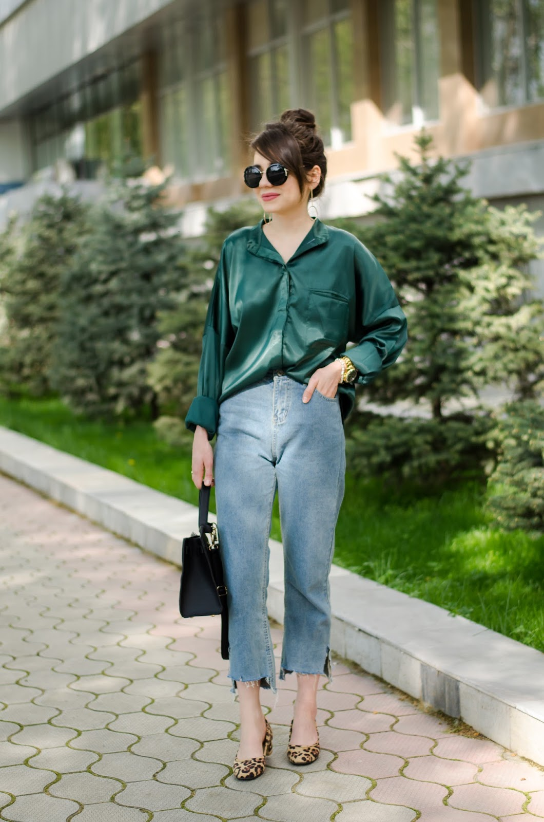 fashion blogger diyorasnotes diyora beta lookoftheday outfit mom jeans leopard heels green vintage shirt