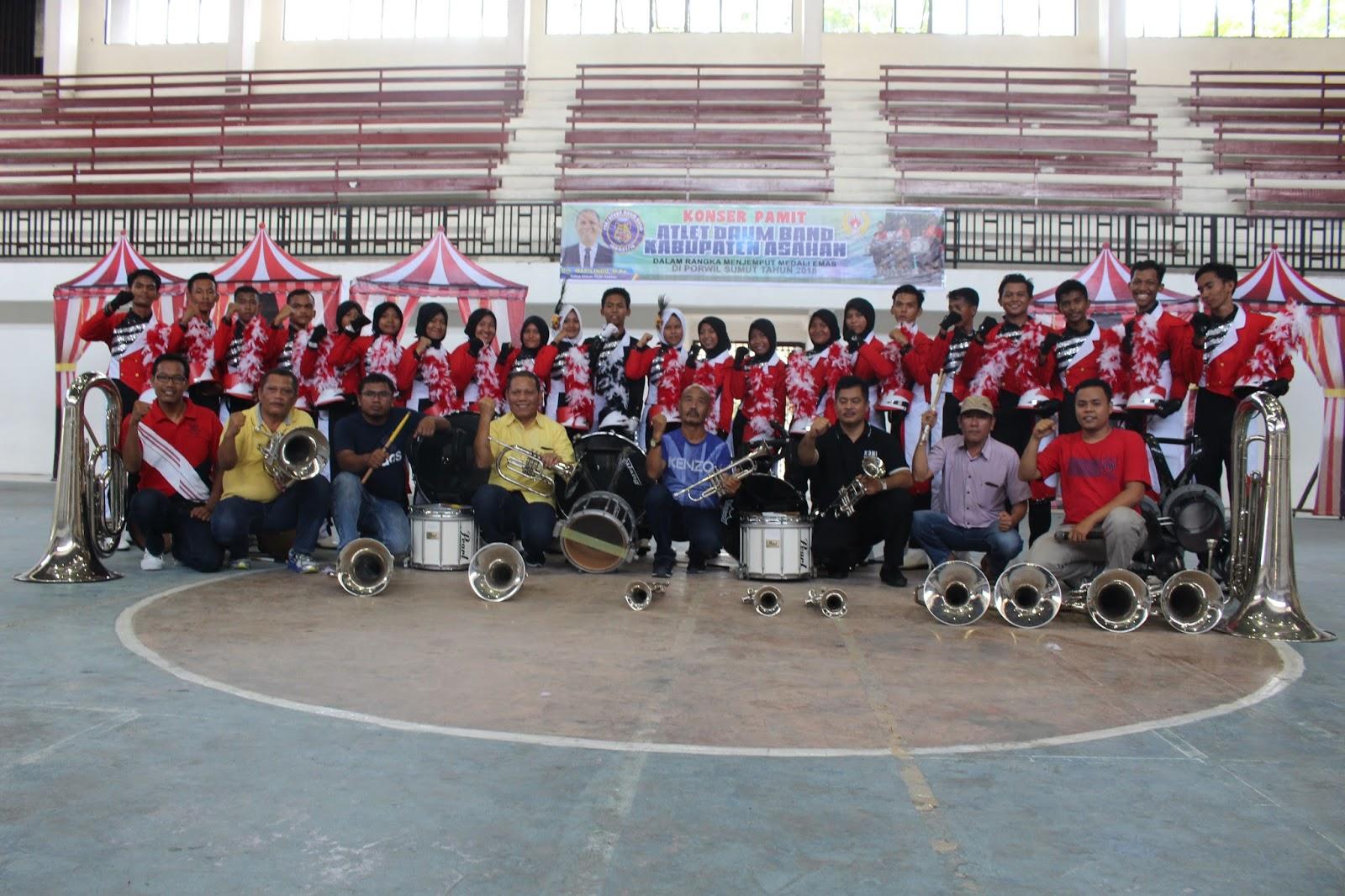 Atlit Drum Band Asahan bersama pelatih, official dan pengurus KONI foto bersama usai konser pamit