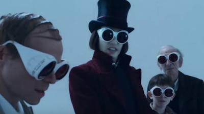 En un laboratorio Charlie, Willi Wonka y su abuelo llevan puestos unas gafas de hipervisión reflectantes