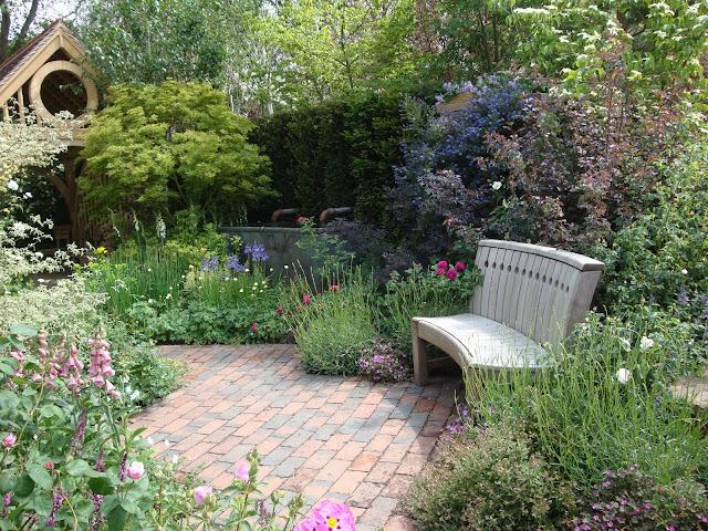 Roger Platts, placyk wypoczynkowy w ogrodzie angielskim