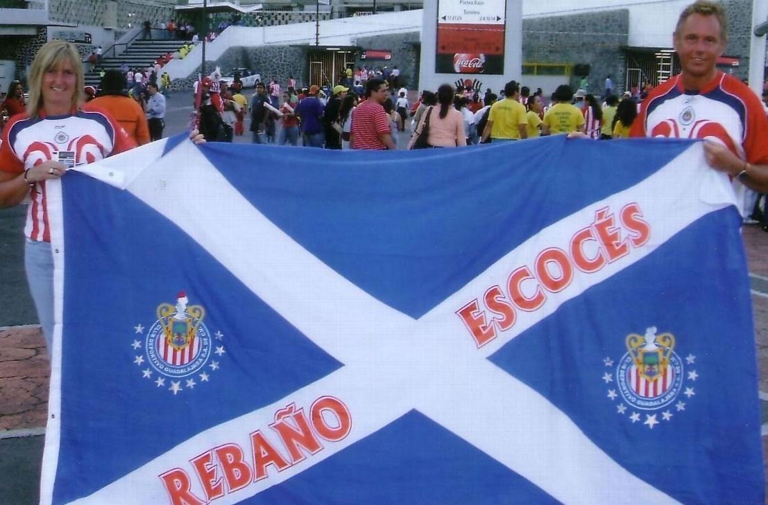 Grant y Lynne Law con su bandera de Escocia la cual tiene escrito ''Rebaño Escocés''..