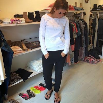 Look de trabalho usando calça e chinelos havaianas slim