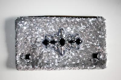 Bolso joya plateado y negro de pedrería y lentejuelas