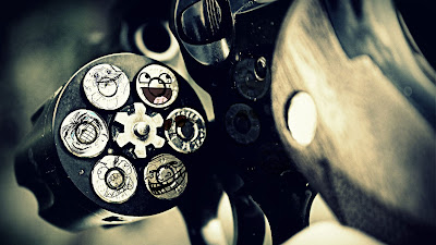 Cargador de un revolver con emoticonos encima de las balas