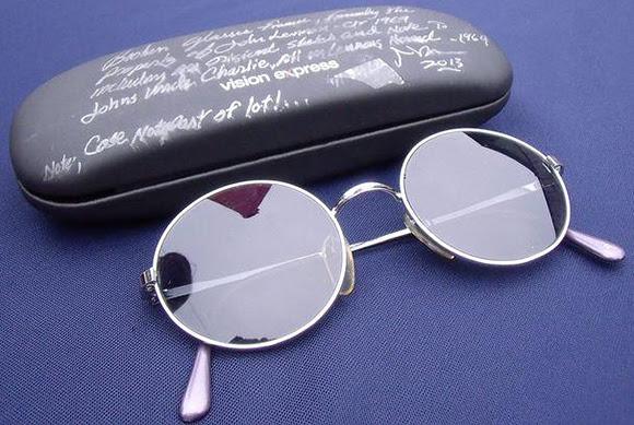 Les lunettes de soleil cassées de John Lennon vendues aux enchères