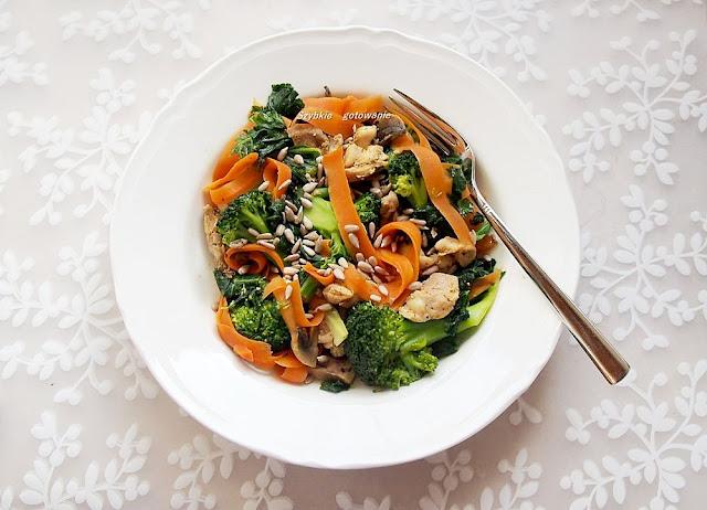 udka Kurczaka z warzywami, sosem kokosowym i słonecznikiem
