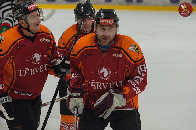 """Hokeja speciālisti oranžos kreklos ar uzrakstu """"Tērvete"""""""