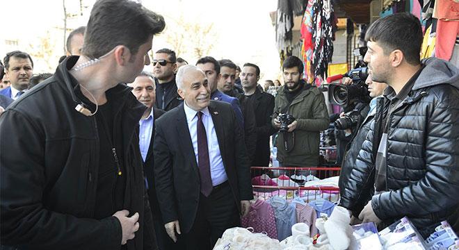 Bakan Ahmet Eşref Fakıbaba Sur esnafını ziyaret etti