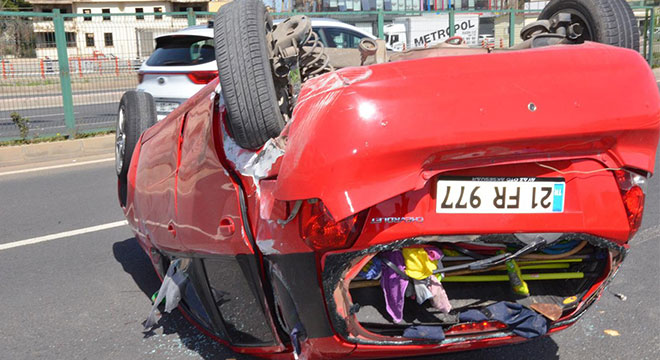 Diyarbakır Kadın Doğum yakınlarında otomobil takla attı: 3 yaralı