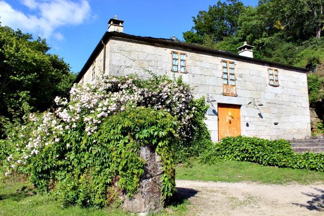 fervenza-casa-rural-lugo-galicia-fachada-womantosantiago