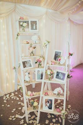 Escada de madeira para expor fotos de casais