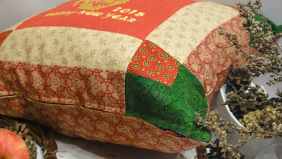 Лоскутная подушка бежевый, бордовый, зеленый - рождественский подарок