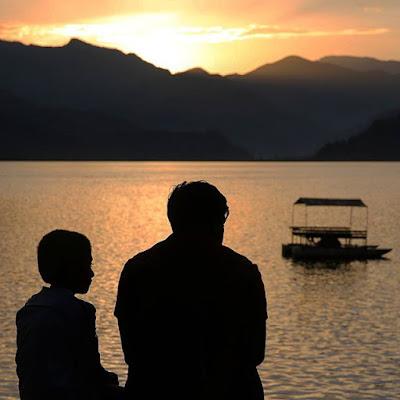 Puesta de sol en el lago Phewa de Pokhara