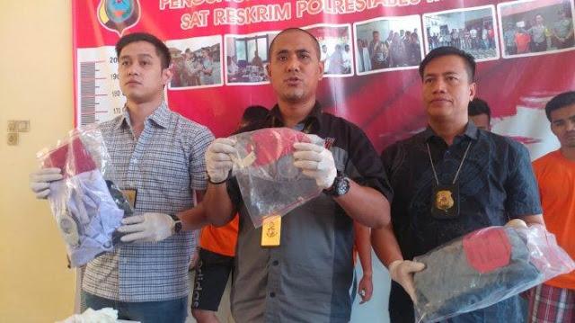 AKBP Putu Yuda memaparkan kasus pengeroyokan Joni dan Stefan oleh 4 satpam UNIMED, Sabtu (23/2/2019)