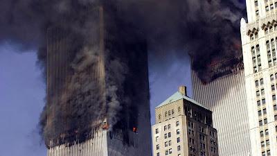 Las Torres Gemelas del World Trade Center (WTC) en Nueva York se derrumban tras el impacto de dos aviones, 11 de septiembre de 2001.