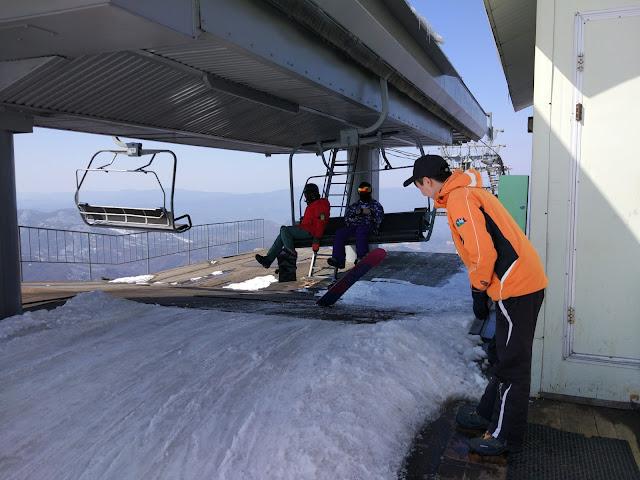 Servicegesellschaft am Skilift. Der Angestellte verneigt sich vor jedem aussteigenden Gast.