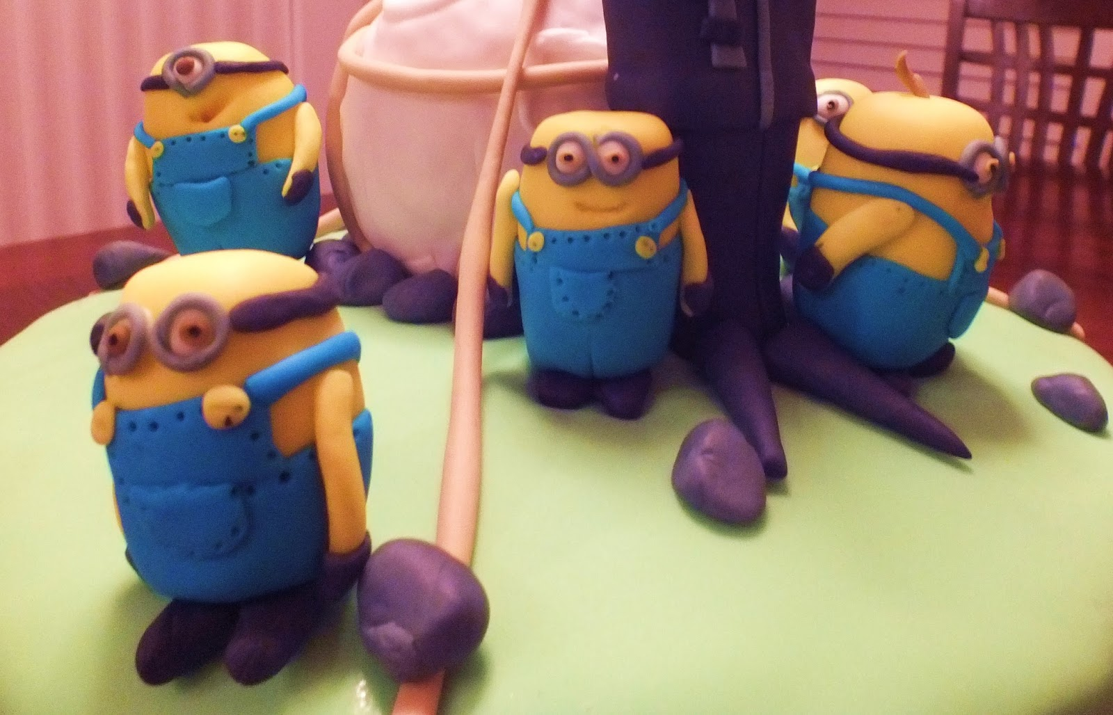 How To Make A One Eyed Minion Cake
