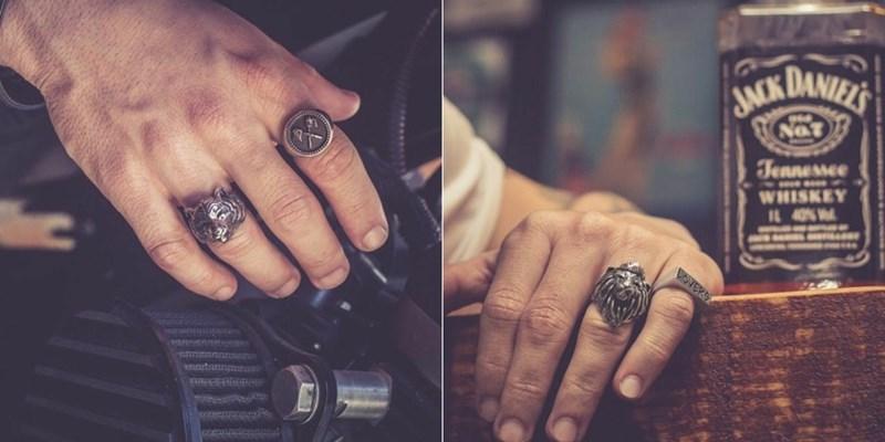 ONDE ENCONTRAR ANÉIS MASCULINOS?  O meu maior desafio atualmente é encontrar anéis bonitos e baratos porque não sou o tipo de pessoa que pague cem reais em um anel que eu posso perder (sou um desastre em pessoa). Exatamente por isso sempre estou indo nas lojas daqui da cidade onde tem vários tipos de anéis baratos (bijuterias) para ver se encontro algo que eu goste e que seja barato. Sempre consigo encontrar um ou dois que eu goste, mas nem sempre levo porque não acho que combinam comigo.  Para que você consiga encontrar anéis masculinos, é necessário que você busque em lojas de joias ou até mesmo de bijuterias na sua cidade. Algumas lojas de roupas como Renner e Riachuelo sempre estão vendendo acessórios e pode ser que você encontre algo nelas. Mas se caso não encontrar nada, existem as lojas abaixo que você pode conhecer para comprar seus anéis facilmente. Mas se prepare para separar uma boa grana, porque não são peças baratas nesses sites. Vale a pena garimpar na internet em busca do anel perfeito para você.  *Prata Fina * Mini in the Box * Mercado Livre * Elo 7