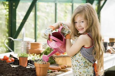 çocuğuna çiçek uzatan anne ile ilgili görsel sonucu