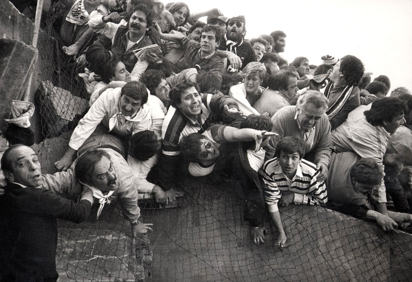 Aficionados italianos aprisionados en el estadio de Heysel