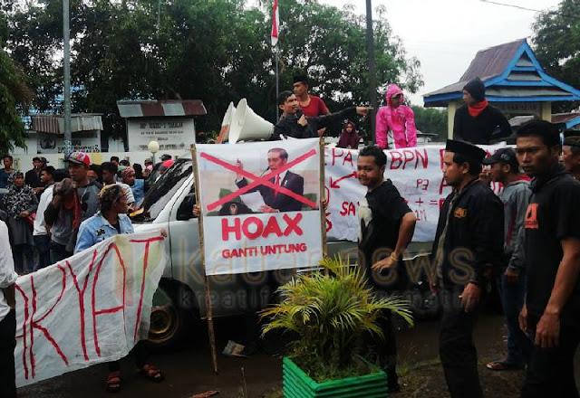 """Tanahnya Dipatok Rp3.500 per Meter, Warga Demo Bawa Foto Jokowi """"Hoax Ganti Untung"""""""