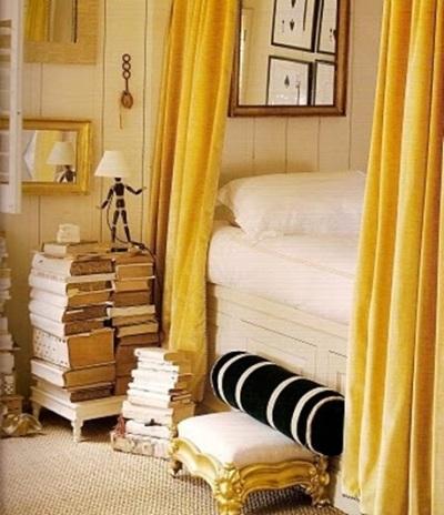 Tumpukan buku jadi meja samping.