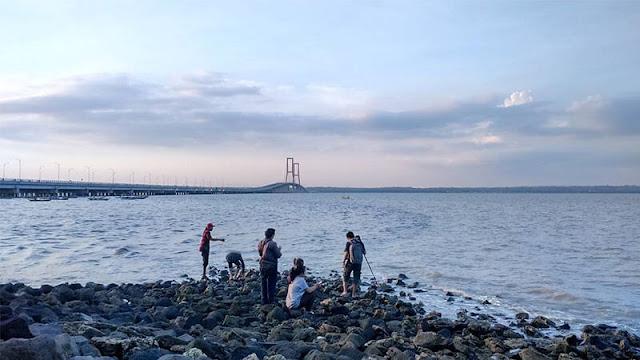 Mencari Kerang Bambu & Hewan Laut di sisi Jembatan Suramadu