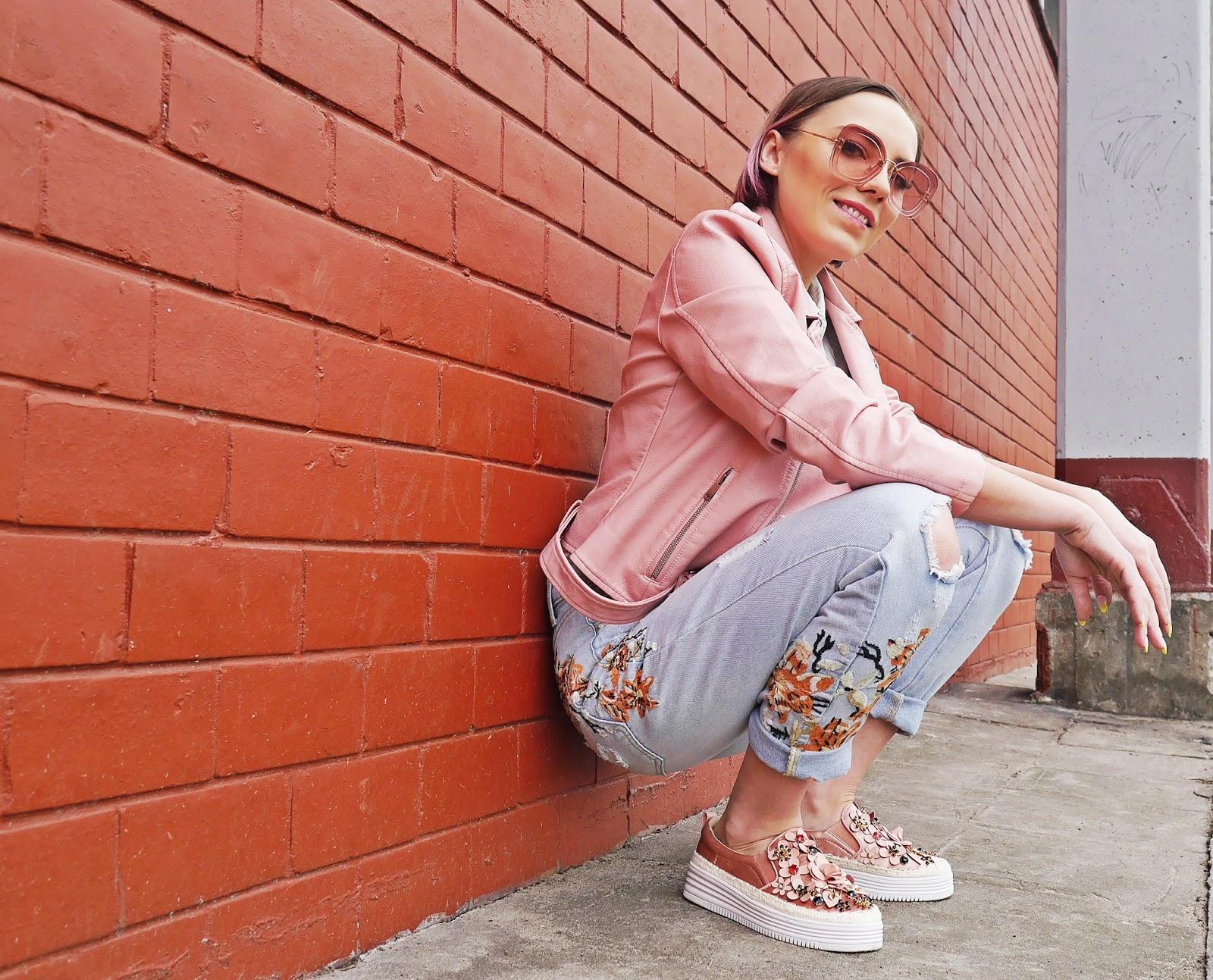 2_slip_on_kwiaty_rozowe_renee_jeansowe_spodnie_hafty_skorzana_ramoneska_karyn_blog_modowy_030418zas