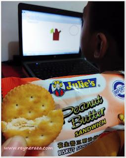 ngemil biskuit julie's peanut butter sandwich