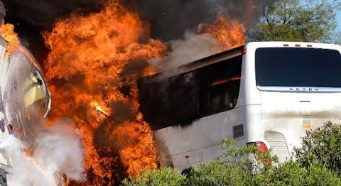 Friss! Kamionnal ütközött egy utasokkal teli busz! Legalább 20 ember életét vesztette