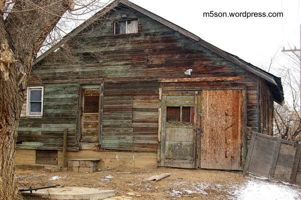 Casa de madera vieja se ve en desuso