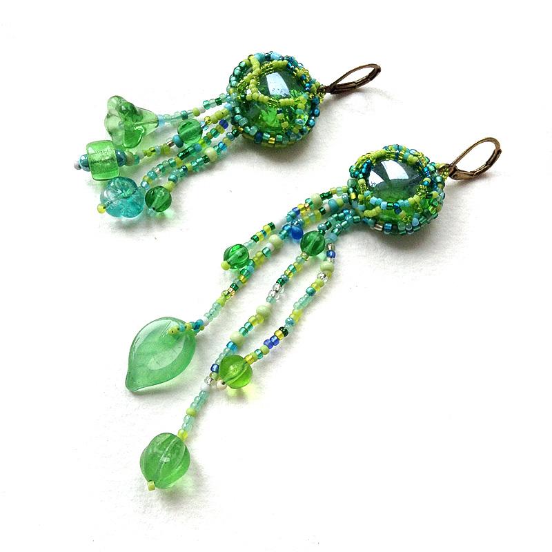 Зеленые асимметричные серьги в стиле бохо - бисерный фриформ