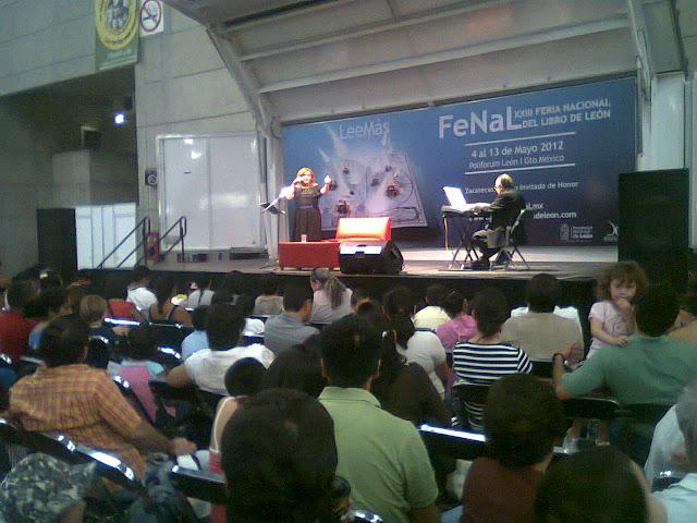 Más fotos de FENAL // Cortinas, vestidos y chicas de humo