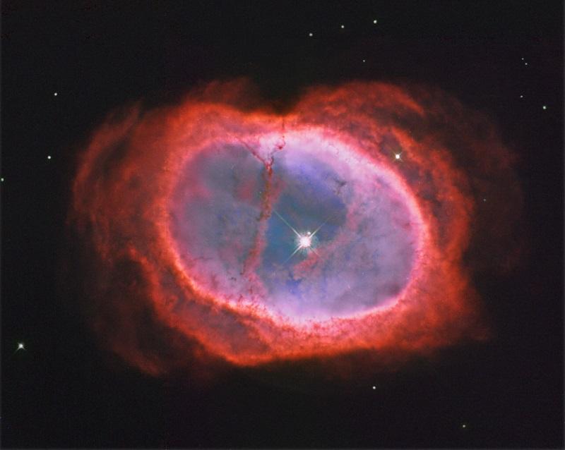 NGC 3132 es una nebulosa planetaria que se la conoce también por los nombres de Nebulosa del Anillo del Sur y Nebulosa de los Ocho Estallidos, se encuentra situada dentro de la constelación de la Vela a unos 2000 años luz de nuestro planeta.