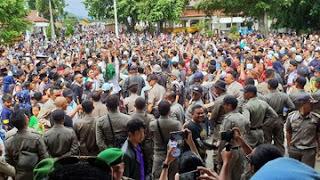 Warga Rayakan Penangkapan Bupati Cianjur di alun-alun. (Foto: Detikcom)