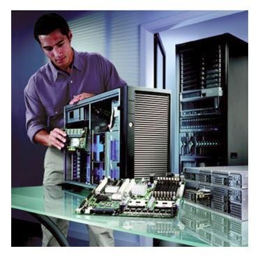 Técnico de Informática realizando manutenção de um computador