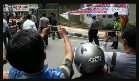 Polisi Copot Spanduk Ajakan Belanja di Toko Pribumi (Gerakan Pribumi Berdaulat)