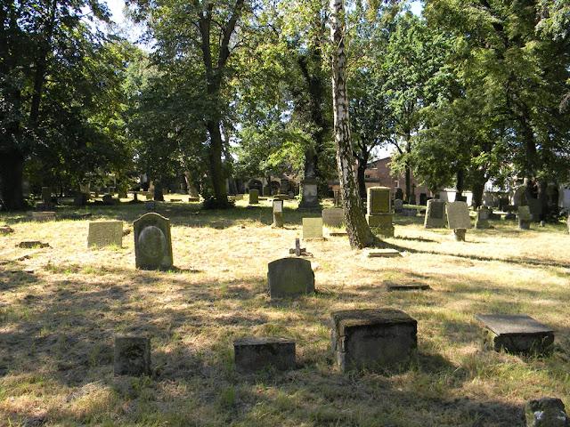 cmentarz znajduje się przy ulicy 1 Msjs