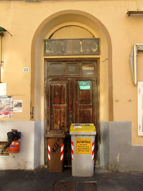 Front door with trash cans, via del Cardinale, Livorno