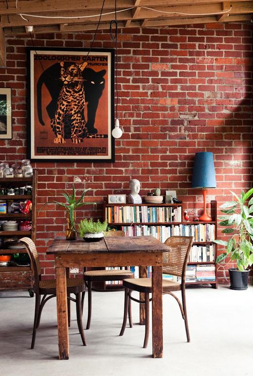 Decoração de sala de jantar com parede de tijolinho a vista