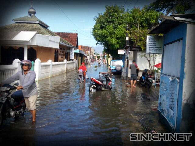 Jalan Kolonel Sugiono Waru Semakin Tenggelam, Hujan Deras Menyebabkan Beberapa Daerah Di Waru Banjir, bencana, foto jalan banjir, Kali Buntung Meluap, Waru dan Taman Kebanjiran