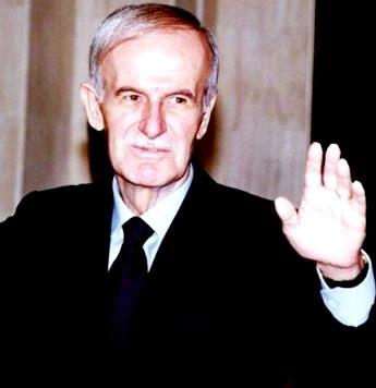 Foto de Hafez al-Asad saludando con la mano