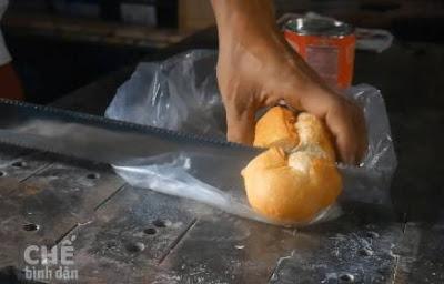 dùng mã tấu chặt bánh mì