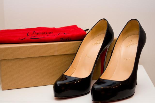 Jak rozpoznać fałszywe Christian Louboutin szpilki wkładka i wnętrze buta