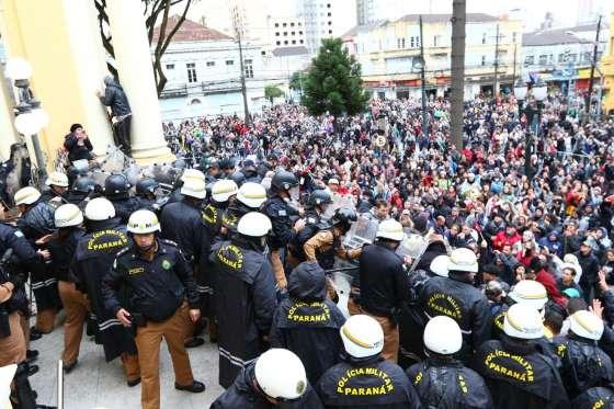 TENSÃO: Manifestantes invadem Câmara Municipal em Curitiba