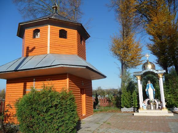 Задеревач, Украина. Колокольня и скульптура Божьей Матери на территории церкви Иоанна Крестителя