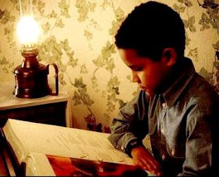 Imagen de un niño estudiando por el don de inteligencia