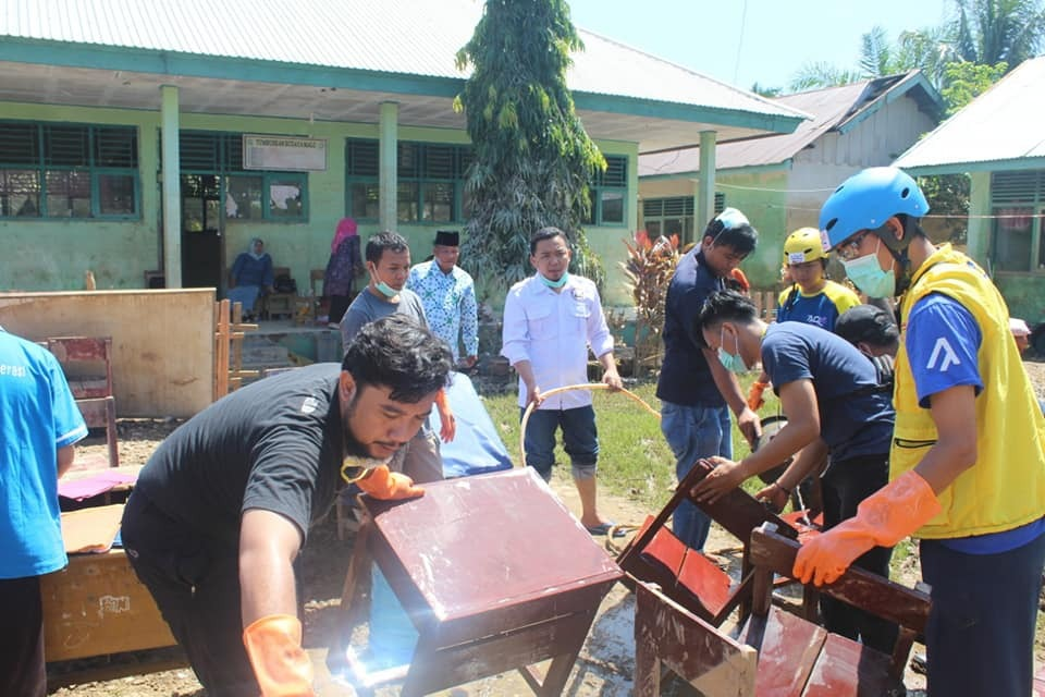 Relawan WMI Bersihkan Sekolah dan Bagikan Logistik untuk Korban Banjir Bengkulu